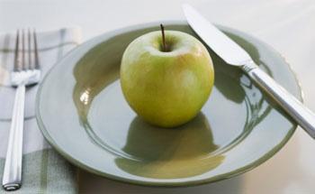 Manzana verde en plato